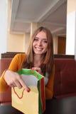Jovem mulher da beleza com o saco de compras em Caffee no shopping Cliente vendas Centro comercial Imagens de Stock
