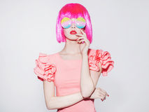 Jovem mulher da beleza em óculos de sol coloridos Fotos de Stock Royalty Free