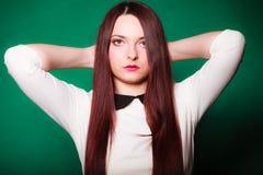 Jovem mulher da beleza no cabelo longo reto imagens de stock royalty free