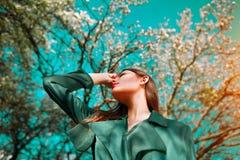 Jovem mulher da beleza que aprecia a natureza no pomar de maçã da mola, menina bonita feliz em um jardim com as árvores de fruto  fotos de stock