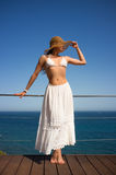 Jovem mulher da beleza que aprecia Sunny Day Fotografia de Stock