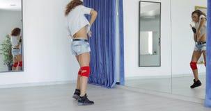 Jovem mulher da dança no estúdio vídeos de arquivo
