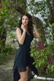 Jovem mulher da fôrma com flores lilás Fotografia de Stock Royalty Free