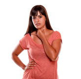 Jovem mulher da fadiga com dor terrível da garganta Foto de Stock