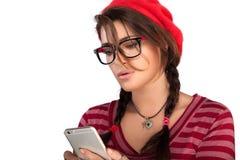 Jovem mulher da forma da beleza ocupada com seu telefone celular Fotografia de Stock