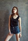Jovem mulher da forma no fundo da parede do grunge Foto de Stock Royalty Free