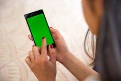 Jovem mulher da tela do verde de Smartphone Imagens de Stock Royalty Free