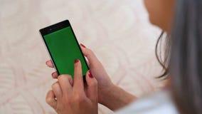 Jovem mulher da tela do verde de Smartphone video estoque