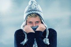 Jovem mulher de congelação na queda de neve imagem de stock