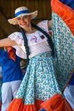 Jovem mulher de Costa Rica no traje tradicional imagens de stock