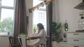 Jovem mulher de encantamento que datilografa no laptop em casa vídeos de arquivo