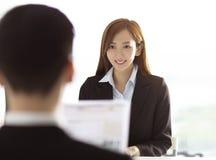 Jovem mulher de Interviewing A do gerente no escrit?rio imagens de stock