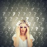 A jovem mulher de pensamento confundida retrato com vertigem da vertigem tem muitas perguntas fotografia de stock royalty free