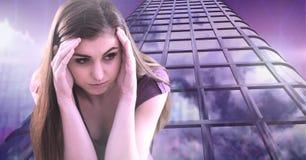 Jovem mulher de pensamento e construções altas com fundo econômico da finança Fotos de Stock