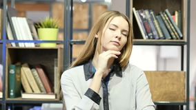 Jovem mulher de pensamento, escritório interno video estoque