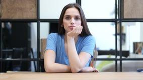 Jovem mulher de pensamento, escritório interno, jovens, video estoque