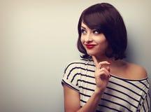 Jovem mulher de pensamento feliz que olha no espaço vazio da cópia vintage Fotos de Stock Royalty Free