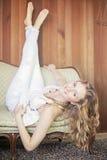 Jovem mulher de relaxamento Foto de Stock Royalty Free