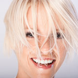 Jovem mulher de riso com cabelo louro funky fotografia de stock royalty free