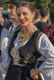Jovem mulher de Romênia no traje tradicional imagens de stock royalty free