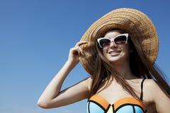 A jovem mulher de sorriso aprecia o sol na praia Fotos de Stock