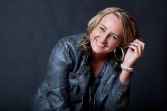 Jovem mulher de sorriso atrativa com cabelo encaracolado louro Fotos de Stock Royalty Free