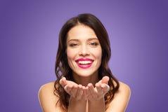 Jovem mulher de sorriso bonita com batom cor-de-rosa foto de stock