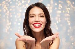 Jovem mulher de sorriso bonita com batom vermelho fotos de stock