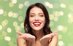 Jovem mulher de sorriso bonita com batom vermelho imagem de stock royalty free