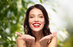 Jovem mulher de sorriso bonita com batom vermelho imagens de stock