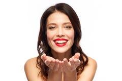 Jovem mulher de sorriso bonita com batom vermelho imagem de stock