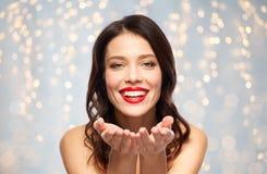 Jovem mulher de sorriso bonita com batom vermelho foto de stock royalty free