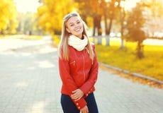 Jovem mulher de sorriso bonita do retrato no outono ensolarado fotos de stock royalty free