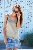 Jovem mulher de sorriso com óculos de sol Foto de Stock Royalty Free