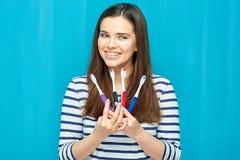 Jovem mulher de sorriso com as cintas dentais que escolhem a escova toothy Fotos de Stock