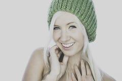 Jovem mulher de sorriso com o beanie feito malha home Imagens de Stock Royalty Free
