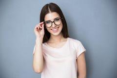 Jovem mulher de sorriso com vidros foto de stock royalty free