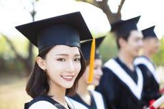 Jovem mulher de sorriso do close up na graduação fotografia de stock royalty free