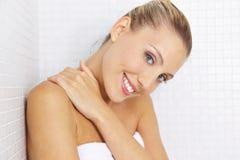 Jovem mulher de sorriso em telhas no banheiro Fotografia de Stock