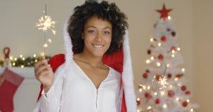 Jovem mulher de sorriso em um casaco de Santa Claus foto de stock royalty free