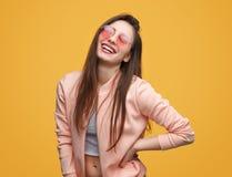 Jovem mulher de sorriso impressionante Fotografia de Stock Royalty Free