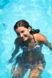 Jovem mulher de sorriso na piscina fotos de stock