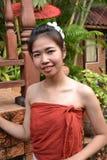 Jovem mulher de sorriso na roupa tradicional Fotografia de Stock Royalty Free