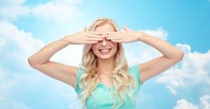 Jovem mulher de sorriso ou menina adolescente que cobrem seus olhos foto de stock