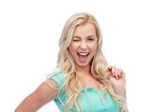 Jovem mulher de sorriso que guarda sua costa do cabelo Fotografia de Stock