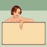 Jovem mulher de sorriso que inclina-se contra uma placa vazia Fotografia de Stock