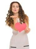 Jovem mulher de sorriso que mostra cartões do dia de Valentim Imagens de Stock