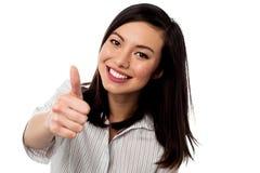 Jovem mulher de sorriso que mostra os polegares acima Imagens de Stock Royalty Free