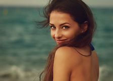 Jovem mulher de sorriso que olha feliz no mar imagens de stock royalty free