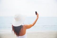 Jovem mulher de sorriso que toma o selfie com smartphone Fotos de Stock Royalty Free